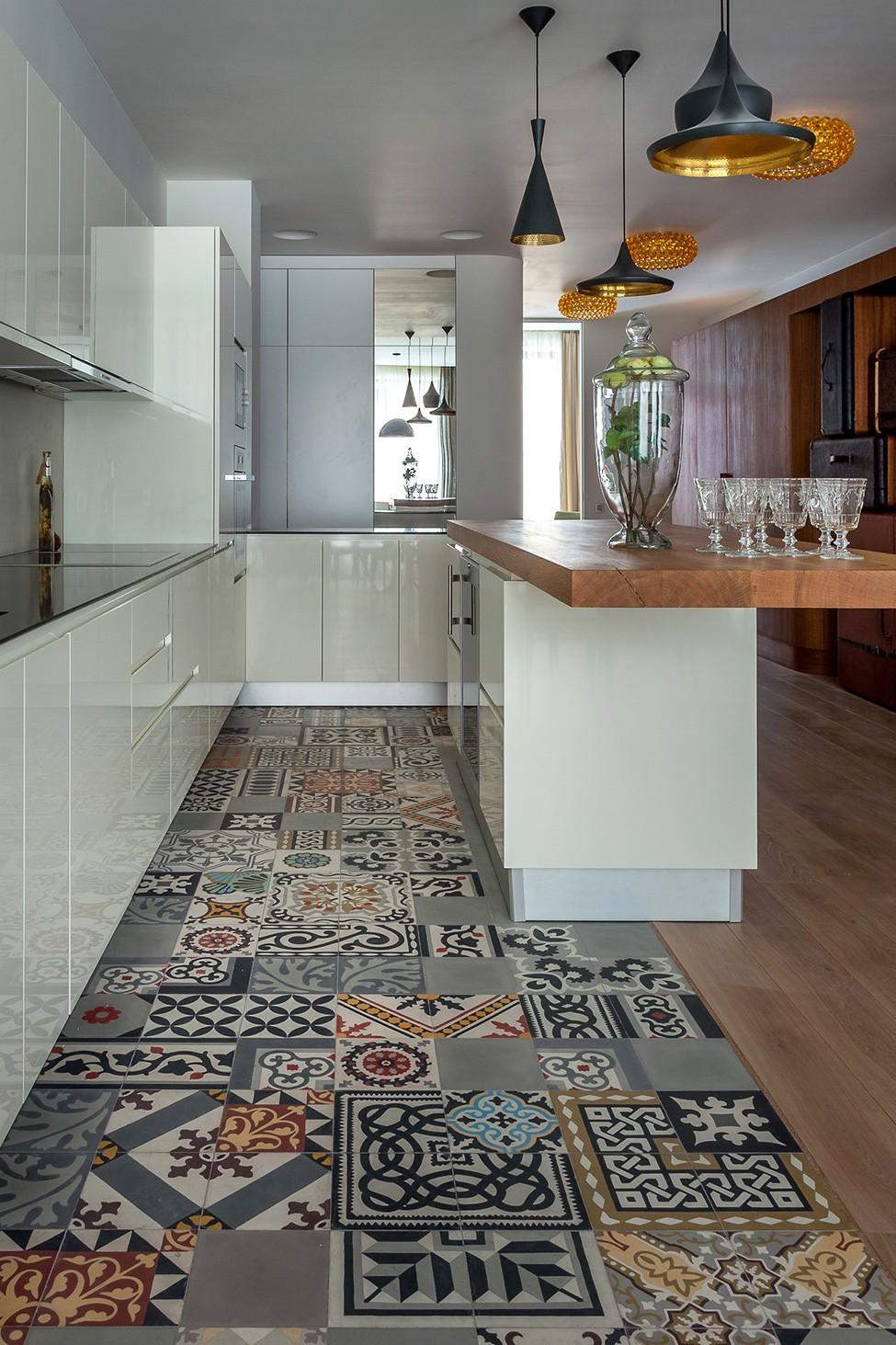 Wir kreieren in der Küche ein Bodendesign mit Keramikfliesen