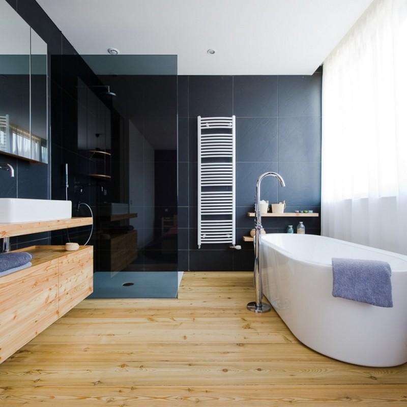 Dan een houten vloer verwerken in een badkamer. Gidrobarer door ...