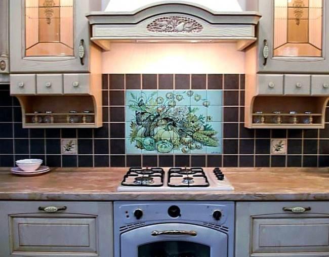 Vor der Küche mit Fliesen in verschiedenen Größen. Vorteile von ...