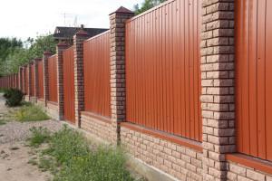 Wie Viel Kostet Es Einen Zaun Aus Einem Metallprofil Zu Setzen