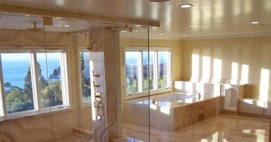 Interno del bagno con piastrelle a mosaico bagno beige