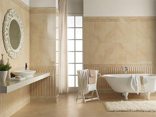 Interno del bagno con piastrelle a mosaico. bagno beige