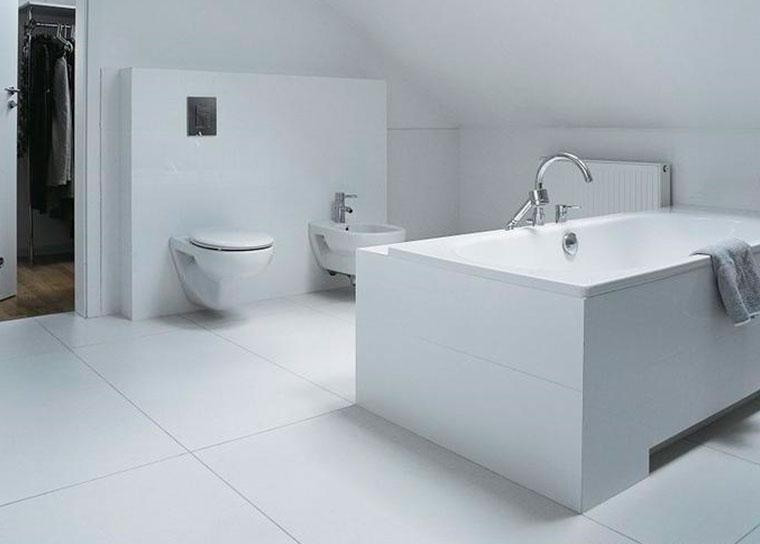 Wat voor soort tegels is het beter om in de badkamer te plaatsen