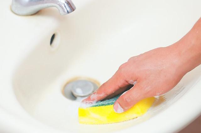 Hoe het toilet van roest te reinigen. schurende reinigingsmiddelen