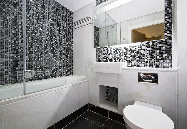 Le piastrelle del bagno sono alte piastrelle in ceramica per bagni