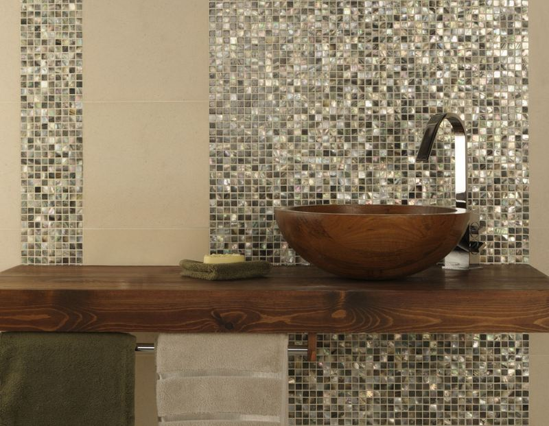 Le piastrelle del bagno sono alte. piastrelle in ceramica per bagni